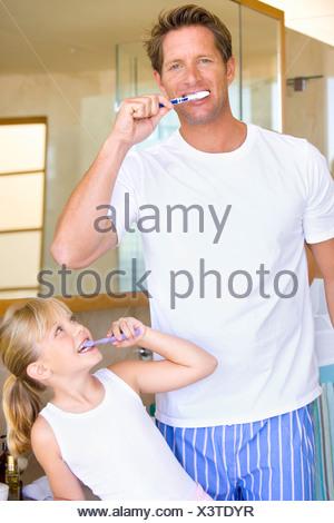 Vater und Tochter Zähneputzen im Bad, Lächeln - Stockfoto