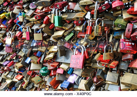 Liebesschlösser auf Hohenzollernbrücke - Stockfoto