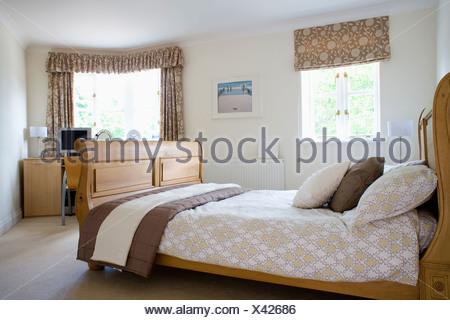 ... Gemusterte Braun + Creme Blind Und Passende Vorhänge Am Fenster Im  Schlafzimmer Mit Bettwäsche Auf Holzrahmen