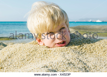 kleiner junge im sand begraben stockfoto bild 12552203 alamy. Black Bedroom Furniture Sets. Home Design Ideas
