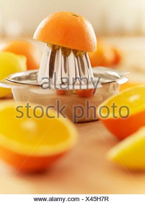 Orangen und Entsafter - Stockfoto