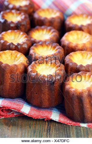 Kleine Franzosische Kuchen Canele Und Vanille Stockfoto Bild