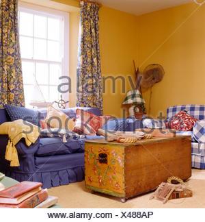 Brust und blauen Sofa in gelb Küsten Wohnzimmer mit blau + gelb ...
