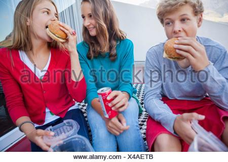 Freunde, die gemeinsam Fast-food - Stockfoto