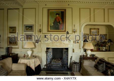 Große Wohnzimmer mit beigefarbenen Sofas am Kamin Stockfoto, Bild ...
