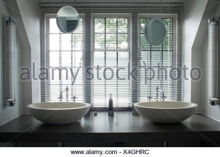 Jalousien Fenster oben Doppelspüle Waschtisch am Regal im Badezimmer ...