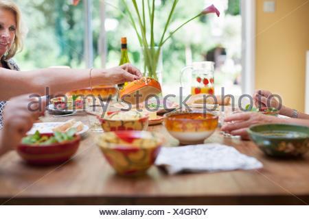 Drei Frauen, die dem gemeinsamen Mittagessen zu Hause - Stockfoto
