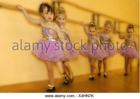 ... Junge Mädchen in Tanzkostüme Tanzschritte üben - Stockfoto Junge  Mädchen in Tanzkostüme Tanzschritte üben  Erwachsene männliche Tänzer trägt  ... 64045fcd78