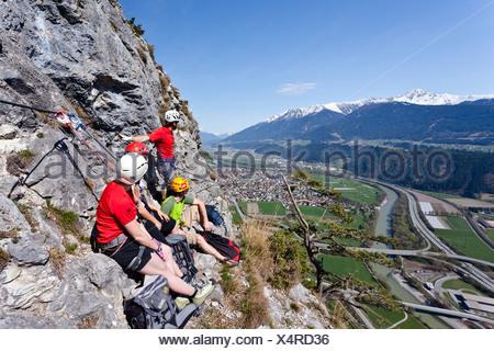 Kaiser Max Klettersteig : Bergsteiger aufsteigend der kaiser max klettersteig an