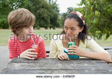 Teenager-paar kohlensäurehaltige Getränke trinken - Stockfoto