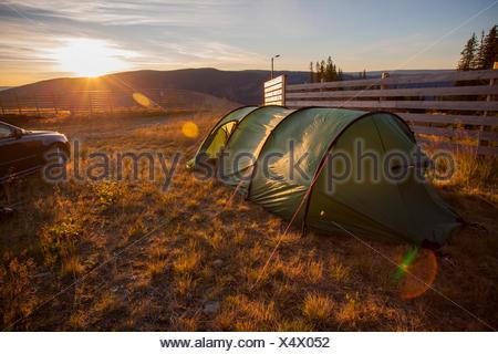 Norwegen, Hafjell, Zelt bei Sonnenuntergang - Stockfoto