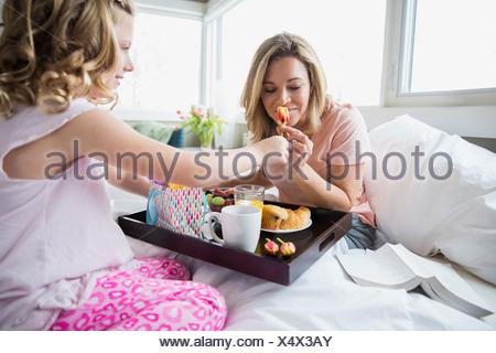 m dchen hat das fr hst ck im bett geburtstag m dchen trinkt kaffee mit kuchen stockfoto bild. Black Bedroom Furniture Sets. Home Design Ideas
