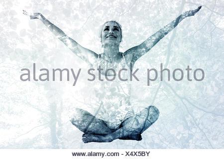Zusammengesetztes Bild von getönten junge Frau sitzt mit ausgestreckten Armen - Stockfoto