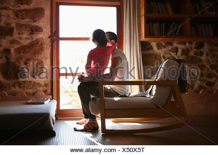 Mitte erwachsener Mann und Tochter Blick aus Fenster - Stockfoto