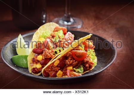 Tex-Mex-Küche mit einer Portion zwei Mais Tacos mit Hackfleisch ...