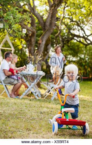 Familie mit drei Kindern (12-17 Monate, 2-3) in Hinterhof, Havdhem, Gotland, Schweden