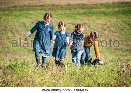 Kinder spielen im Feld - Stockfoto