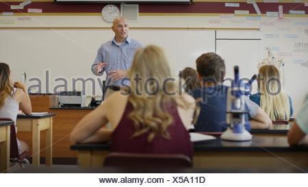 Selektiven Fokus Blick auf Lehrer unterrichten Schüler im naturwissenschaftlichen Unterricht lab
