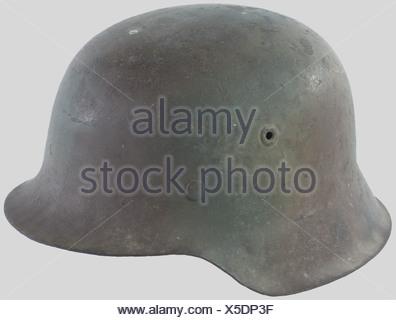 Eine deutscher Helm Muster 42, mit dreifarbigen Tarnung (sichtbar ...
