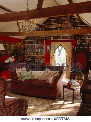 Holzbalken Le knole sofa und gotischen thron stuhl im land lebender raum mit wand