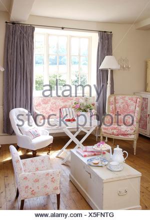 Rosa Toile De Joule Stuhl Und Kleines Sofa Im Ferienhaus Wohnzimmer Mit  Weißen Sessel Und Weiß