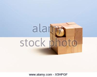 Holzkugel in Würfel - Stockfoto