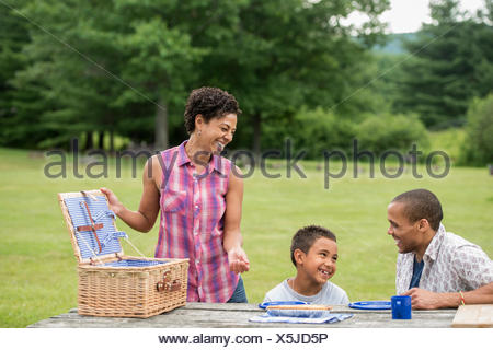 Familie mit einem Picknick im Sommer. Stockfoto