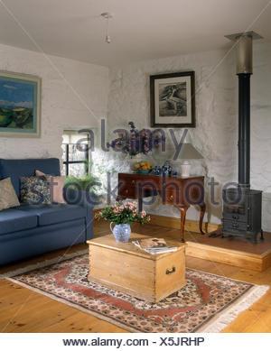 alte kiefern truhe verwendet als couchtisch in einer neunziger jahre ferienhaus wohnzimmer mit. Black Bedroom Furniture Sets. Home Design Ideas