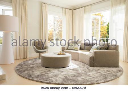 Runder Teppich Unter Sofa Und Ottomane Im Wohnzimmer Stockfoto Bild