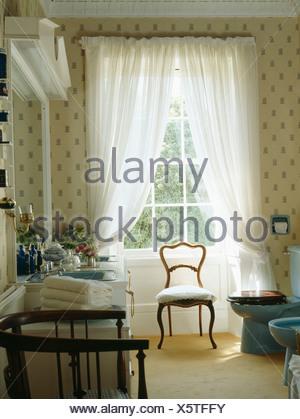 cremefarbene teppich und vorh nge in traditionellen creme schlafzimmer mit und antiken. Black Bedroom Furniture Sets. Home Design Ideas