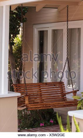 Fesselnd Holz Veranda Schaukel Und Feng Shui Garten   Stockfoto