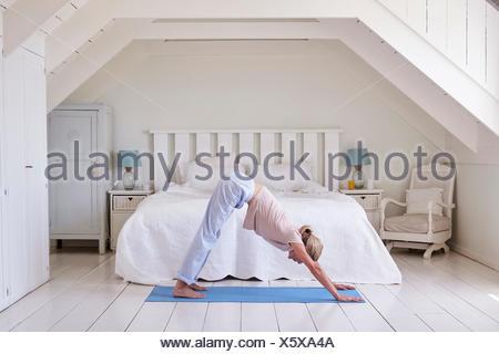 Fußboden Schlafzimmer Yoga ~ Frau mit yoga Übung zu hause entspannen stockfoto bild: 76191075
