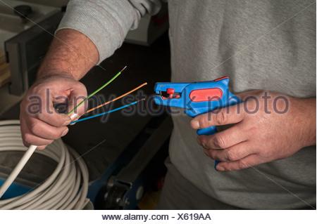 Isolierung aus einem elektrischen Kabel abisolieren Stockfoto, Bild ...