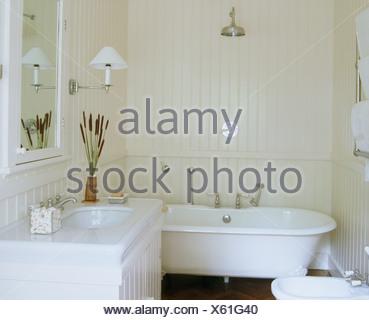 Elegant ... Chrom Dusche über Roll Top Badewanne Im Weißen Badezimmer Mit Weißen  Gemalten Zunge + Groove