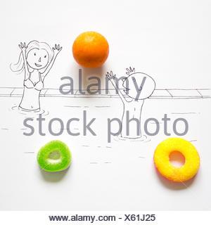 Konzeptionelles Paar, das in einem Schwimmbad spielt Stockfoto