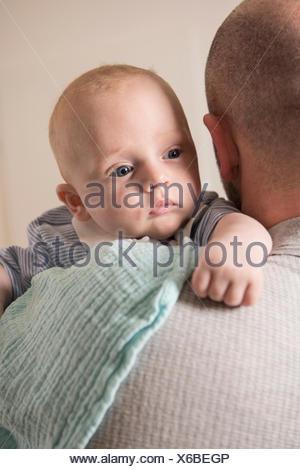 Neugierigen jungen über Vaters Schulter - Stockfoto