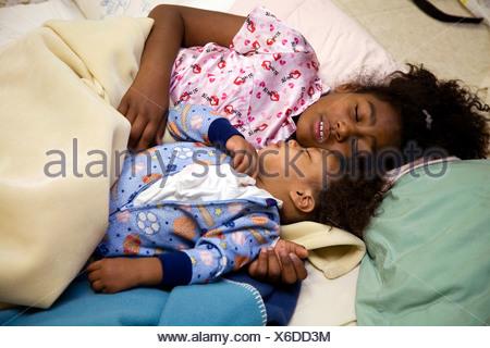 Selena Pina, Heimatlose Mutter von vier, beginnt ihr Tag um 06:00 durch Zureden ihrer Kinder um aufzustehen und bereit für den Tag bei United - Stockfoto