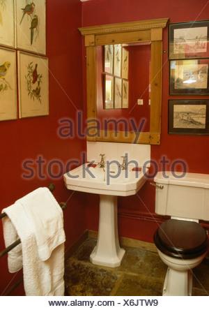 ... Pine Spiegel über Weißen Sockel Waschbecken Im Roten Badezimmer Mit  Weißen Handtuch Auf Holz Handtuchhalter