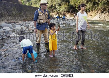 Familie Angeln in einem Stream. - Stockfoto