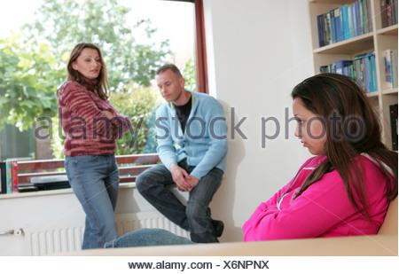 Familie Spannungen, Vater und Mutter Konfrontation Tochter im Teenageralter, deprimiert, Beratung - Stockfoto