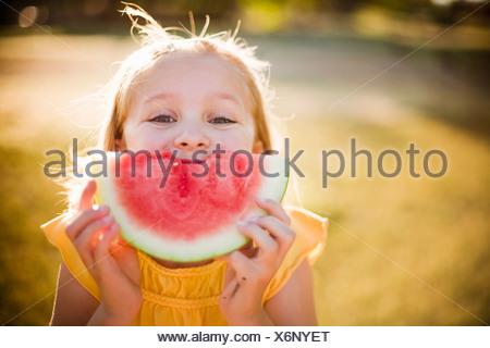 Junge Mädchen machen Lächeln mit Wassermelone - Stockfoto