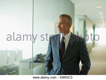 Moderne Büro-Korridor hinunter Geschäftsmann - Stockfoto
