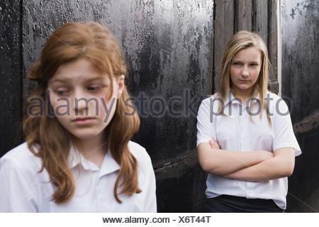 Ein Junges Girl Kommt Von Der Schule Heim