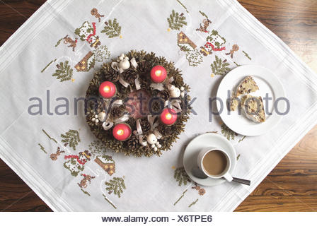 Tisch Teller Obst Brote Kaffeetasse Kerzenstander Engelsfiguren