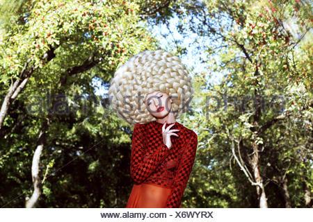 Außergewöhnliche Frisur. Frau in prächtigen Kunst Perücke mit gewellten Haaren - Stockfoto