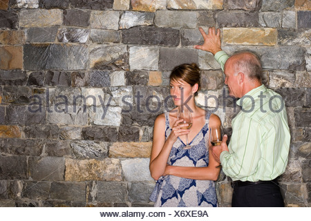 Mann flirtet jede frau an