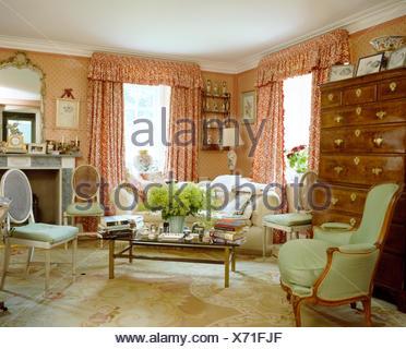 Rote + Weiße Vorhänge In Rosa Land Wohnzimmer Mit Antikem Ballon Zurück,  Stühle, Sessel