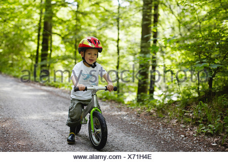 Kleinkind Jungen Reiten Fahrrad auf Feldweg - Stockfoto