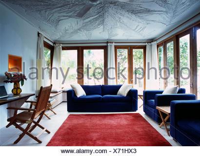 Blauen Sofas und großen roten Teppich in modernen weißen Karibik ...