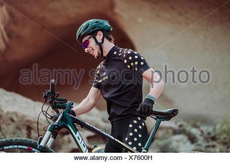 Menschen auf dem Weg in der Wüste mit seinem Mountainbike, Teneriffa, Kanarische Inseln, Spanien - Stockfoto